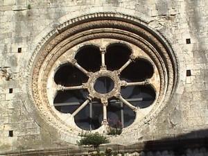 Ventana que mandó construir San Pedro según está escrito en San Pedro Galligans-Girona_