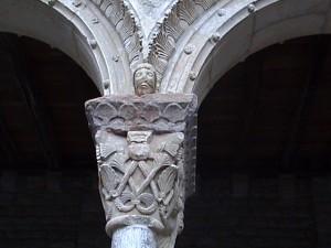 Capitel y panecillos del claustro de Ripoll